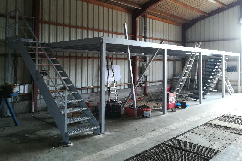 Réalisation d'une charpente metallique pour un client dans le transport à Tourville la rivière qui ajoute des bureaux dans un entrepot de stockage