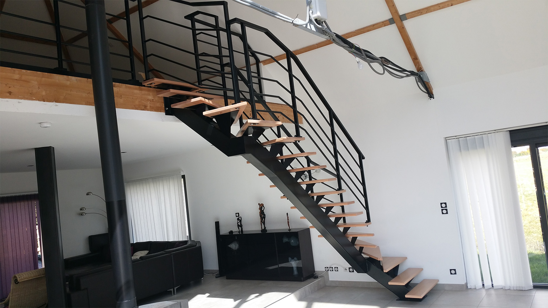 Fabrication et pose d'un escalier en métal sur mesure donnant sur une mezzanine