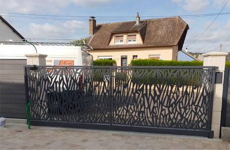 Portail en acier galvanisé et peint avec design sur mesure à Dieppe